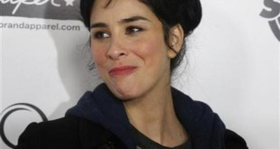 148442-actress-and-comedienne-sarah-silverman-smiles-as-she-arrives-as-a-gues